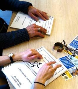 image de mains lisant des dessins en relief